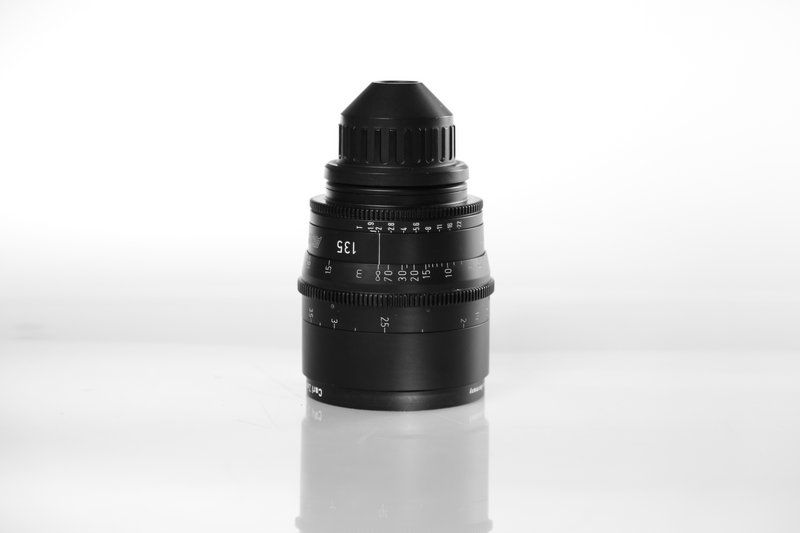 Carl Zeiss UP F:135, T1.9, диаметр передней линзы - 95 мм.