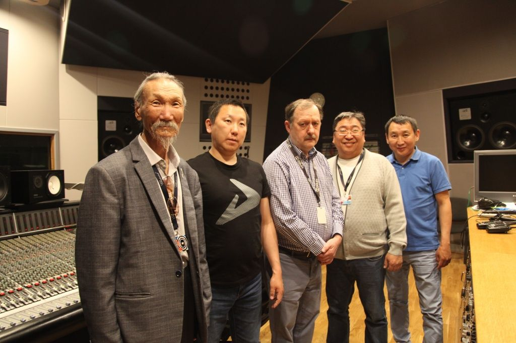 Якутские кинематографисты в микшерской Первой музыкальной студии на «Мосфильме»